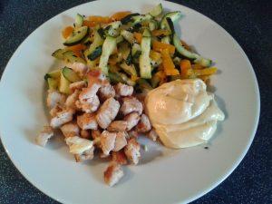 Putengeschnetzeltes mit Zucchini-Paprikastreifen, Schwarzkümmel und Mayonnaise